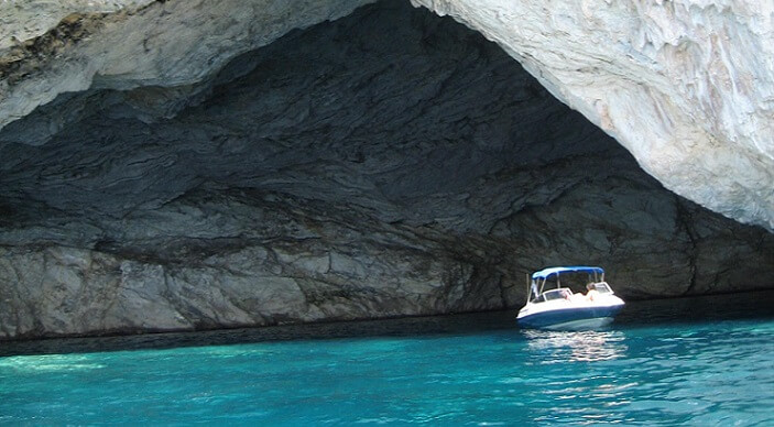 Du kan svømme gjennom grotter i Hellas
