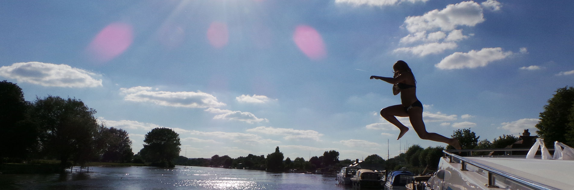 Svømmer hopper i vannet ved Bristol