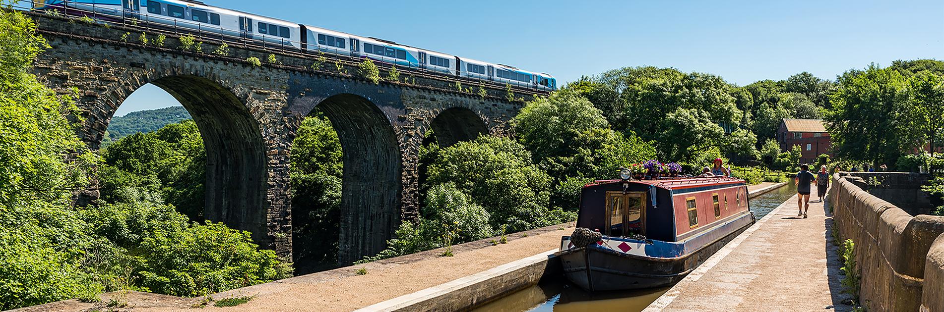 Narrowboat ved bro nær Manchester