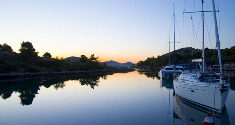 Nyd solnedgangen fra båden