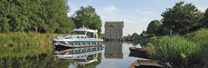 Elvebåt på vannet i Anjou