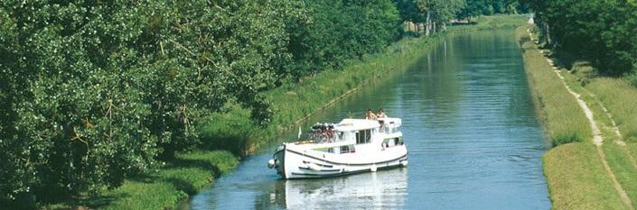 Elvebåt på vannet i Picardie